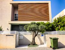 RISHON LE锡安,以色列- 2018年4月30日:在街道上的私有现代房子在里雄莱锡安,以色列 免版税库存照片