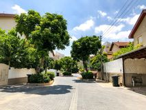 RISHON LE锡安,以色列- 2018年6月18日:在街道上的私有现代房子在Rishon Le锡安,以色列 免版税图库摄影