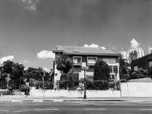 RISHON LE锡安,以色列- 2018年6月18日:在街道上的私有现代房子在Rishon Le锡安,以色列 图库摄影