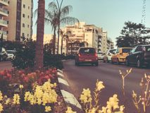 RISHON LE锡安,以色列- 2018年4月23日:在路的汽车在一个晴天在Rishon Le锡安,以色列 免版税图库摄影