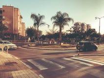 RISHON LE锡安,以色列- 2018年4月23日:在路的汽车在一个晴天在Rishon Le锡安,以色列 库存照片