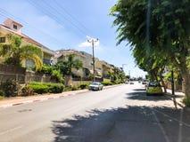 RISHON LE锡安,以色列- 2018年6月19日:在路的汽车在Rishon Le锡安,以色列 库存照片