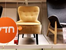 RISHON LE锡安,以色列2017年12月16日:在销售中的五颜六色的扶手椅子作为内部在房子里 方式 库存图片