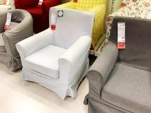 RISHON LE锡安,以色列2017年12月16日:在销售中的五颜六色的扶手椅子作为内部在房子里 方式 免版税库存图片