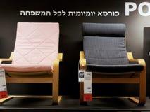 Rishon Le锡安,以色列- 2017年12月16日:在销售中的五颜六色的扶手椅子作为内部在房子里 方式 免版税库存图片