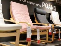Rishon Le锡安,以色列- 2017年12月16日:在销售中的五颜六色的扶手椅子作为内部在房子里 方式 库存照片