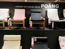 Rishon Le锡安,以色列- 2017年12月16日:在销售中的五颜六色的扶手椅子作为内部在房子里 方式 库存图片