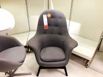 RISHON LE锡安,以色列2017年12月16日:在销售中的五颜六色的扶手椅子作为内部在房子里 库存图片