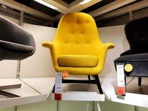 RISHON LE锡安,以色列2017年12月16日:在销售中的五颜六色的扶手椅子作为内部在房子里 免版税图库摄影