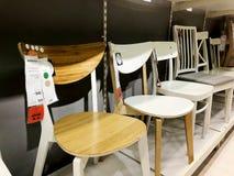 RISHON LE锡安,以色列2017年12月16日:在销售中的五颜六色的椅子作为内部在房子里 图库摄影