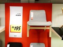 RISHON LE锡安,以色列2017年12月16日:在销售中的扶手椅子作为内部在房子里 免版税库存图片