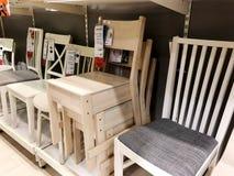 RISHON LE锡安,以色列2017年12月16日:在销售中的椅子作为内部在房子里 方式 免版税库存照片