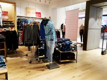 RISHON LE锡安,以色列2017年12月17日:在Azrieli百货大楼的服装店里面在Rishon Le锡安 免版税库存照片
