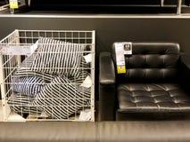 RISHON LE锡安,以色列2017年12月16日:有枕头的皮革扶手椅子在销售中作为内部在房子里 免版税库存图片