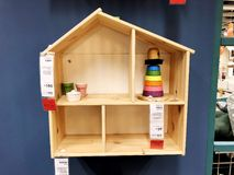 RISHON LE锡安,以色列2017年12月16日:有里面玩具的木小家家 孩子的创造性的房子 库存图片