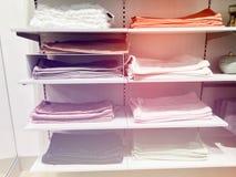 RISHON LE锡安,以色列2017年12月17日:枕头纰漏在商店的架子被卖 选择品种  特写镜头 免版税库存照片
