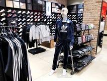 RISHON LE锡安,以色列2017年12月17日:现代衣裳在一个挂衣架的一家商店在购物中心在Rishon Le锡安,以色列 免版税库存图片