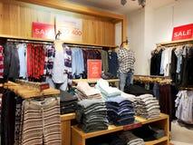 RISHON LE锡安,以色列2017年12月29日:现代衣裳在挂衣架的一家商店 免版税库存图片