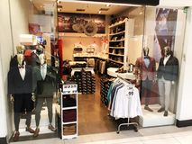 RISHON LE锡安,以色列2017年12月29日:现代衣裳在挂衣架的一家商店 库存图片