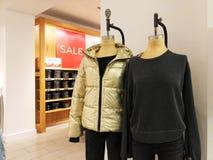 RISHON LE锡安,以色列2017年12月29日:现代衣裳在挂衣架的一家商店 免版税库存照片
