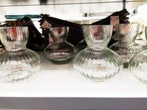RISHON LE锡安,以色列2017年12月17日:花的一个玻璃花瓶在商店的架子被卖 免版税图库摄影