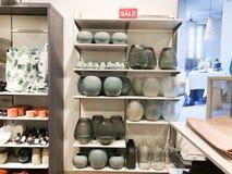RISHON LE锡安,以色列2017年12月17日:花的装饰花瓶在商店的架子被卖 图库摄影
