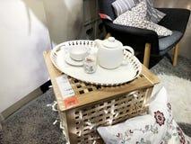 RISHON LE锡安,以色列2017年12月16日:茶具是白色的在木背景 免版税库存图片