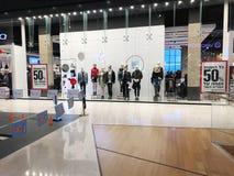 RISHON LE锡安,以色列2017年12月17日:豪华和时兴的品牌窗口显示 免版税库存图片