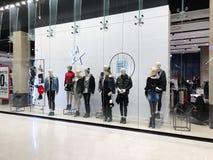 RISHON LE锡安,以色列2017年12月17日:豪华和时兴的品牌窗口显示 库存图片
