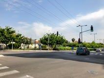 RISHON LE СИОН, ИЗРАИЛЬ - 30-ОЕ АПРЕЛЯ 2018: Автомобили на дороге на солнечный день в Rishon Le Сионе, Израиле Стоковое Изображение RF