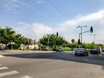 RISHON LE СИОН, ИЗРАИЛЬ - 30-ОЕ АПРЕЛЯ 2018: Автомобили на дороге на солнечный день в Rishon Le Сионе, Израиле Стоковое фото RF