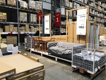 RISHON LE СИОН, ИЗРАИЛЬ 16-ОЕ ДЕКАБРЯ 2017: Междурядье склада в магазине IKEA Стоковые Изображения RF