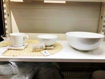 RISHON LE СИОН, ИЗРАИЛЬ 16-ОЕ ДЕКАБРЯ 2017: Множество плит Плиты от ресторана Белые плиты Плиты для еды Стоковая Фотография RF