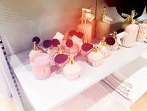 RISHON LE СИОН, ИЗРАИЛЬ 17-ОЕ ДЕКАБРЯ 2017: розовые флаконы духов с дух стоят и проданы в магазине Стоковое Фото