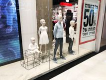 RISHON LE СИОН, ИЗРАИЛЬ 17-ОЕ ДЕКАБРЯ 2017: Роскошный и модный дисплей окна бренда Стоковые Изображения