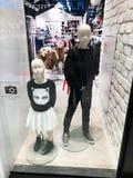 RISHON LE СИОН, ИЗРАИЛЬ 17-ОЕ ДЕКАБРЯ 2017: Роскошный и модный дисплей окна бренда Стоковая Фотография