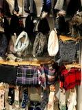 RISHON LE СИОН, ИЗРАИЛЬ 17-ОЕ ДЕКАБРЯ 2017: Шляпы одежды ` s женщин, носки, вися на шкафе для одежд в магазине Стоковое Изображение RF