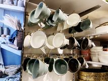 RISHON LE ZION, ΙΣΡΑΗΛ 17 ΔΕΚΕΜΒΡΊΟΥ 2017: Ένα σύνολο διαφορετικών φλυτζανιών χρώματος για το τσάι πωλείται στα ράφια μαγαζιό Στοκ Φωτογραφία