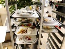 RISHON LE ZION, ΙΣΡΑΗΛ 16 ΔΕΚΕΜΒΡΊΟΥ 2017: Αριστερά τρόφιμα στον καφέ Κάποιος έφαγε τα τρόφιμα που αφέθηκαν μη φαγώσιμα τρόφιμα Στοκ Φωτογραφία