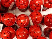 RISHON LE ZION, ΙΣΡΑΗΛ 16 ΔΕΚΕΜΒΡΊΟΥ 2017: Κόκκινο κηροπηγίων με τις όμορφες διακοπές που πωλούνται στην κινηματογράφηση σε πρώτο Στοκ Εικόνες