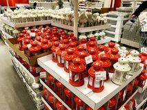 RISHON LE ZION, ΙΣΡΑΗΛ 16 ΔΕΚΕΜΒΡΊΟΥ 2017: Κόκκινο κηροπηγίων με τις όμορφες διακοπές που πωλούνται στο κατάστημα Στοκ Φωτογραφίες