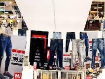 RISHON LE ZION, ΙΣΡΑΗΛ 17 ΔΕΚΕΜΒΡΊΟΥ 2017: Μέσα στο κατάστημα ιματισμού στο πολυκατάστημα Azrieli Rishon LE Zion Στοκ Εικόνες