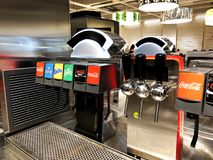 RISHON LE ZION, ΙΣΡΑΗΛ 16 ΔΕΚΕΜΒΡΊΟΥ 2017: Προετοιμασία οποιουδήποτε ποτού Συσκευές με τα ποτά σε έναν καφέ Στοκ Εικόνες