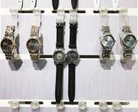 RISHON LE ZION, ΙΣΡΑΗΛ 29 ΔΕΚΕΜΒΡΊΟΥ 2017: Ρολόγια ρολογιών που εκτίθενται σε ένα κατάστημα στοκ εικόνα