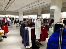 RISHON LE ZION, ΙΣΡΑΗΛ 12 ΙΑΝΟΥΑΡΊΟΥ 2018: Σύγχρονα ενδύματα σε ένα κατάστημα σε μια κρεμάστρα Στοκ φωτογραφία με δικαίωμα ελεύθερης χρήσης
