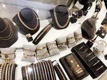 RISHON LE ZION, ΙΣΡΑΗΛ 3 ΙΑΝΟΥΑΡΊΟΥ 2018: Τα χρυσές κρεμαστά κοσμήματα και οι αλυσίδες και τα βραχιόλια πωλούνται στο κατάστημα κ στοκ εικόνες