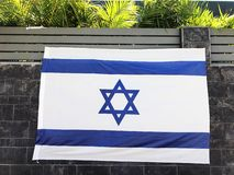 RISHON LE ZION, ΙΣΡΑΗΛ - 27 Ιουνίου 2018 εθνική σημαία του Ισραήλ, η οποία είναι ένας φράκτης ιδιωτικών κατοικιών Rishon LE Zion, στοκ φωτογραφία