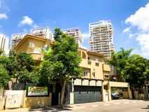 RISHON LE ZION, ΙΣΡΑΗΛ - 18 ΙΟΥΝΊΟΥ 2018: Ιδιωτικά σύγχρονα σπίτια στις οδούς Rishon LE Zion, Ισραήλ Στοκ Εικόνες