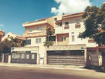 RISHON LE ZION, ΙΣΡΑΗΛ - 18 ΙΟΥΝΊΟΥ 2018: Ιδιωτικά σύγχρονα σπίτια στις οδούς Rishon LE Zion, Ισραήλ Στοκ φωτογραφίες με δικαίωμα ελεύθερης χρήσης