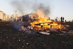 RISHON LE ZION, ΙΣΡΑΗΛ 11 ΜΑΐΟΥ 2017: Παιδιά δημοτικών σχολείων στις εορταστικές φωτιές Baomer καθυστερήσεων Rishon LE Zion, Ισρα Στοκ Εικόνα